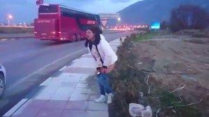 Manisa'da alkollü bir kadın caddeye tuvaletini yaptı