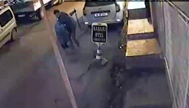 Yolda yürüyen yaşlı kadını gasp anı kamerada