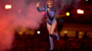 Lady Gaga'nın Super Bowl şovu 300 drone ile aydınlatıldı