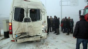 Sivas'ta TIR'la servis minibüsü çarpıştı