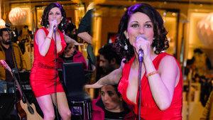 Jehan Barbur, kırmızı mini elbisesiyle tüm bakışları üzerinde topladı