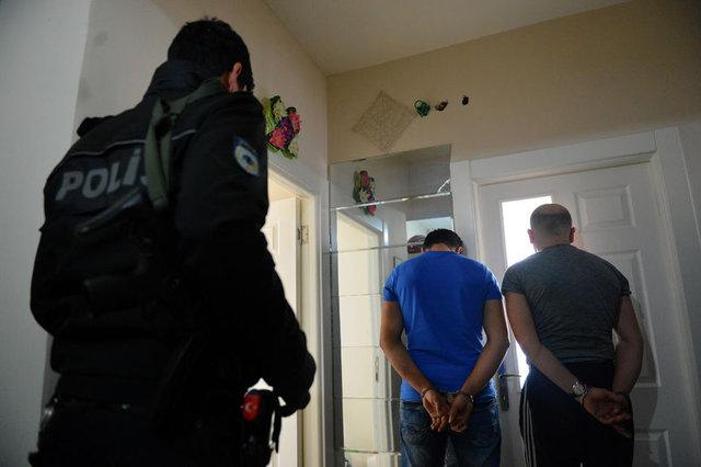 Kayseri'deki operasyonda beşikten tabanca, köpek mamasından uyuşturucu çıktı