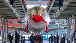 Çin ilk yerli uçağını üretti