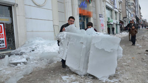 Muş'ta buz kütlesi faciaya yol açıyordu