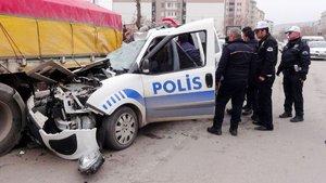Polis otosu TIR'a çarptı: 1 polis yaralı