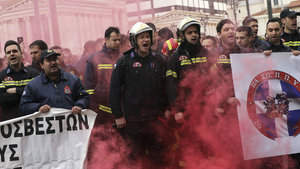 Yunanistan'da itfaiyeciler bakanlık binasını bastı