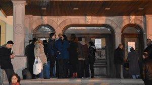 İzmir'de öğrenciler kimlik çıkartmak için geceden sıraya girdiler
