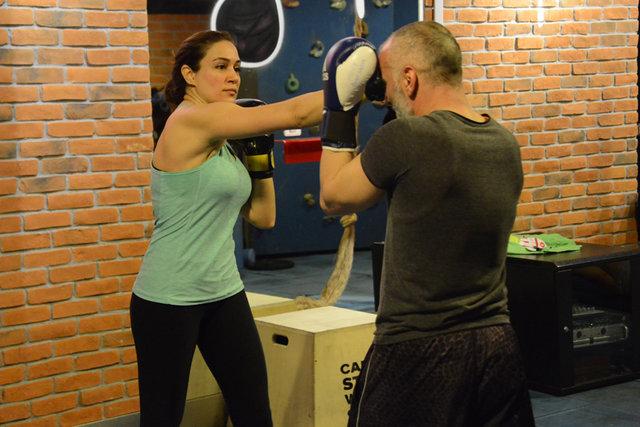 Özge Borak, kick boksla stres atıyor