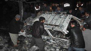 Mersin'de ağaca çarpan aracın içinde kalan sürücü hayatını kaybetti