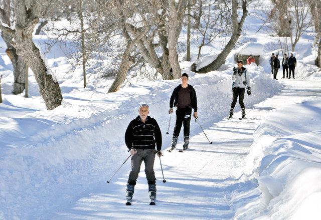 Hediye kayak takımıyla kaymayı öğrenip kendi pistlerini kendileri yaptılar