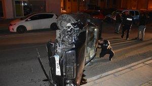 İzmir'de kontrolden çıkan otomobil yan yattı: 2 yaralı