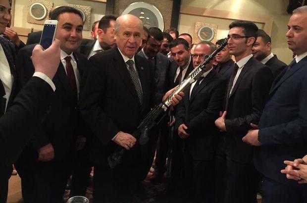 """Bahçeli'ye tüfek hediye edildi, """"Şimdi El Bab'a girebiliriz"""" dedi"""