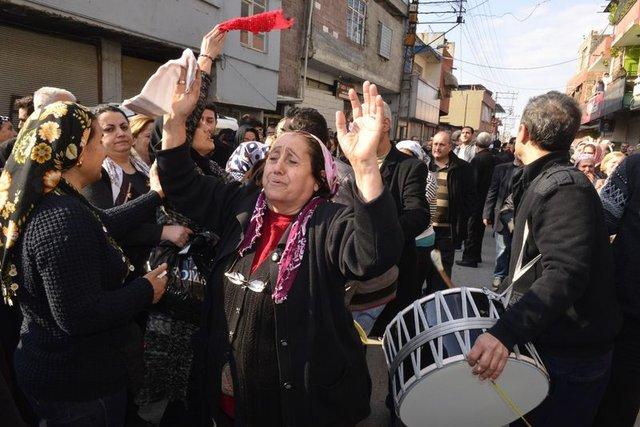 Adana'da genç kızın cenazesinde davul çalındı, gelinlikle defnedildi