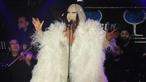 Bülent Ersoy, beyaz kostümüyle sahnede zor hareket etti
