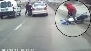 Otomobil, motosiklete bile bile böyle çarptı