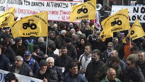 Yunanistan kemer sıktı, çiftçi meydanlara indi