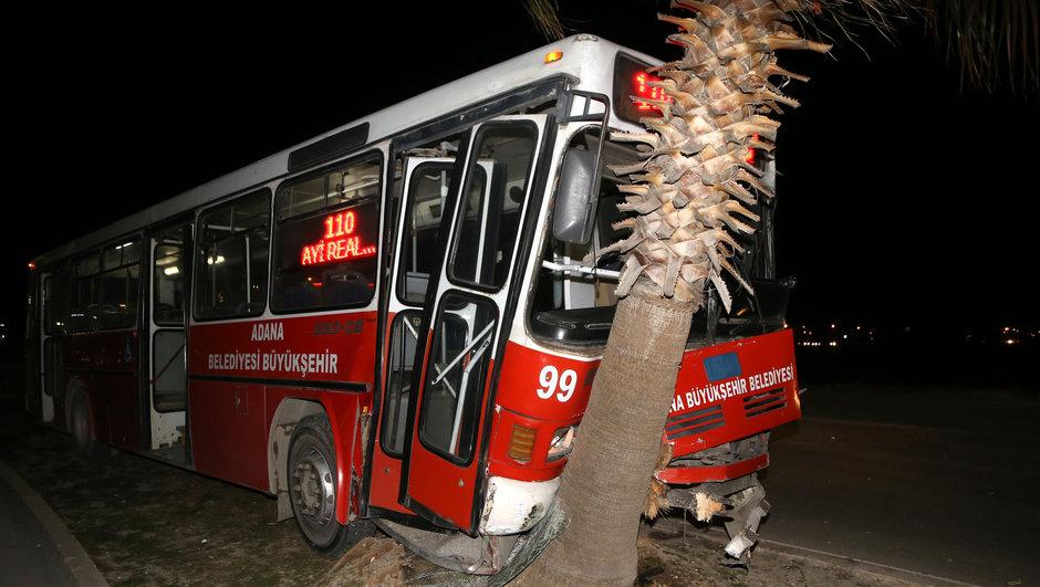 Adana halk otobüsü ağaca çarptı: 3 yolcu yaralı