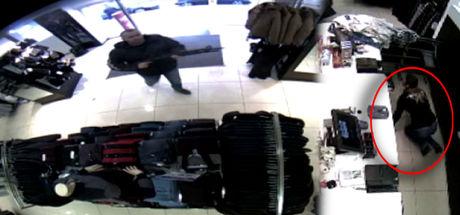 Çalışanlarla tartıştı, pompalı tüfekle mağazayı bastı!