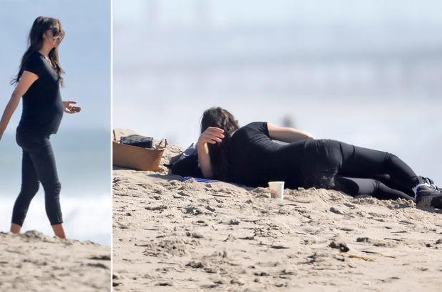 Plajda romantik anlar! Ünlü çift böyle yakalandı
