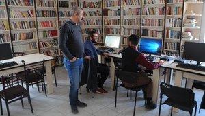 Komünist Başkan Fatih Mehmet Maçoğlu, 3 bin nüfuslu ilçeye 10 bin kitaplık kütüphane kurdu