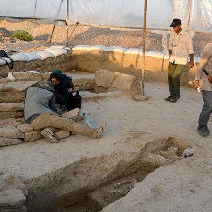 iranda dev mezarı