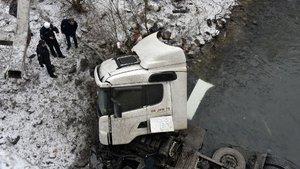 Gümüşhane'de akaryakıt tankeri nehre düştü: 1 ölü