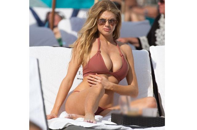 Charlotte McKinney plajda