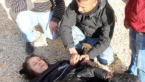 Adana'da bir kişi köprüden nehre düşen kadını kurtardı, elini bırakmadı
