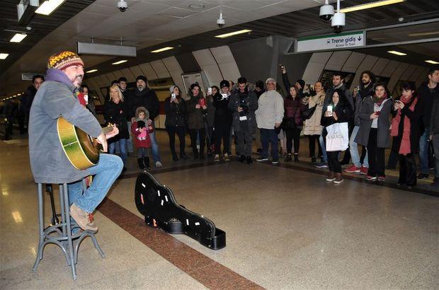Ünlü şarkıcı Taksim metrosunda şarkı söyledi