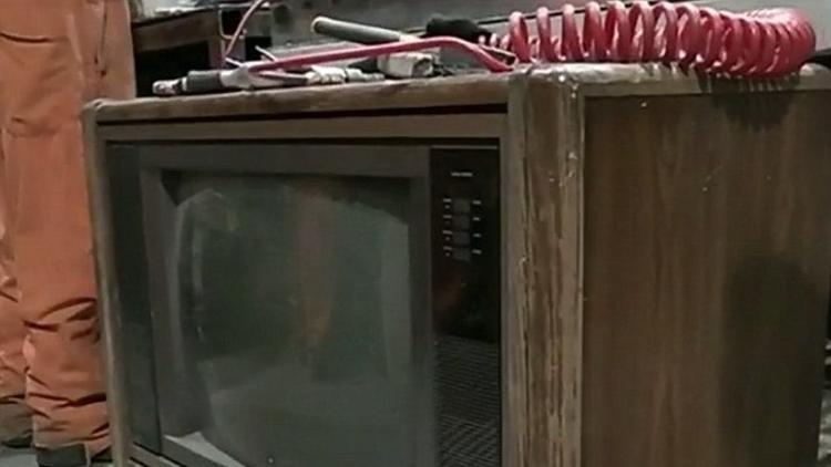 Geri dönüşüm fabrikasında çalışan bir kişi eski televizyonun içerisinde yüz bin dolar buldu.