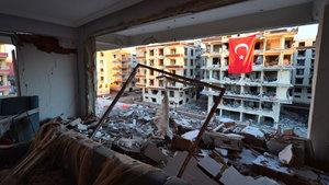 Şanlıurfa'da patlamanın zarar verdiği binalara Türk bayrakları asıldı