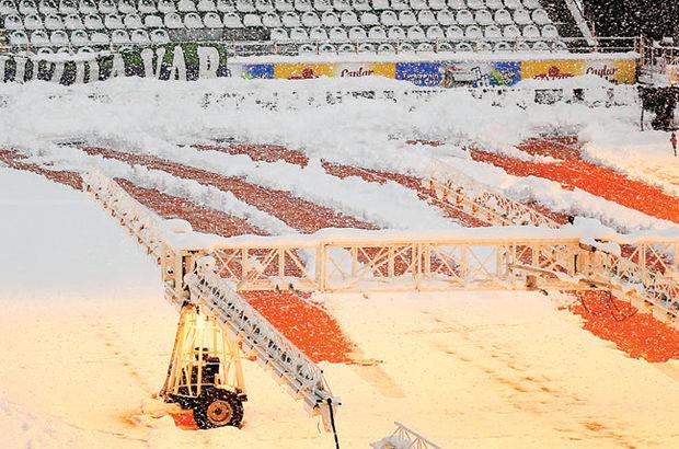Yeni Rize Şehir Stadı'nda kar temizleme çalışmaları