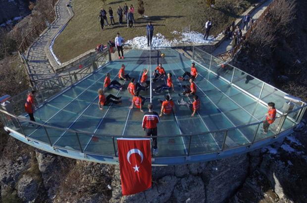 Karabük'te dünyada ilk kez cam teras üzerinde voleybol oynandı