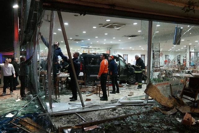 Bursa Osmangazi'de bir araç restorana girdi: 2'si ağır 11 yaralı