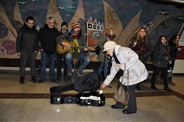Ünlü şarkıcı Çelik'ten sokak testi! Taksim Metrosu'nda şarkı söyledi, yarım saatte kaç para topladı?