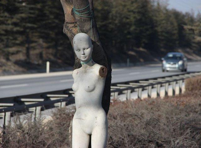 Eskişehir çevreyolunda esrarengiz cansız kadın manken