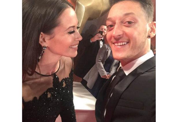 Amine Gülşe istedi, Mesut Özil o ismi engelledi!