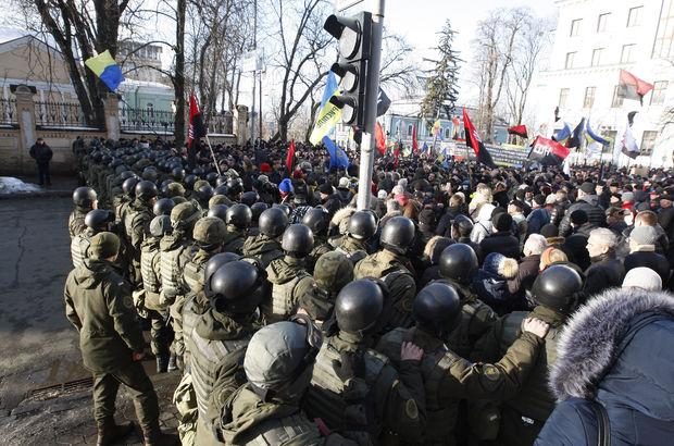 Kiev'de Donbas karşıtlarıyla polis arasında arbede