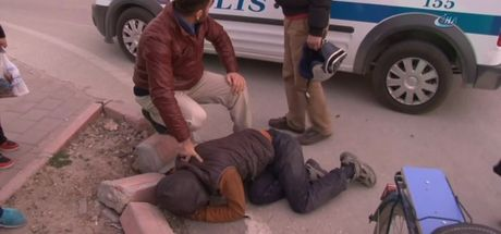 Adana'da bir kişi hırsızı kovaladı, yakaladı, polise teslim etti