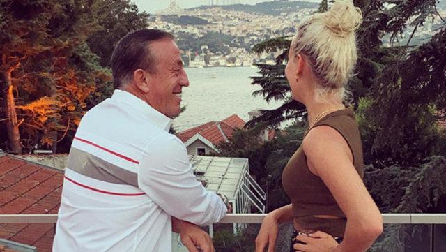 Ali Ağaoğlu'ndan romantik kutlama