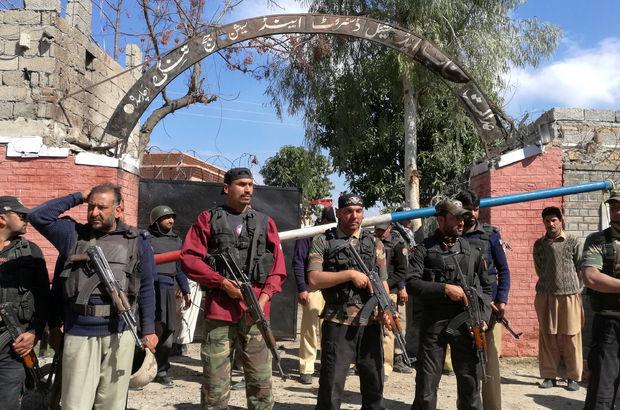 Pakistan'da mahkeme binası önünde bombalı saldırı!