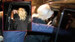 Ajda Pekkan kafasını araç tavanına çarptı