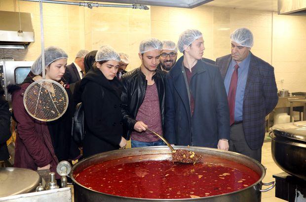 Karabük Üniversitesi Rektörü ve öğrencilerden üniversite yemekhanesine baskın