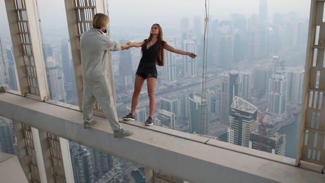 Gökdelenden sarkan Rus model Victoria Odintcova için harekete geçtiler