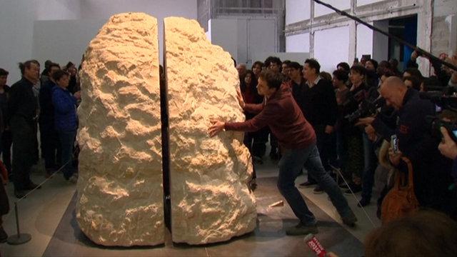Fransız sanatçı Abraham Poincheval Bir hafta boyunca 12 tonluk kayanın içinde yaşayacak