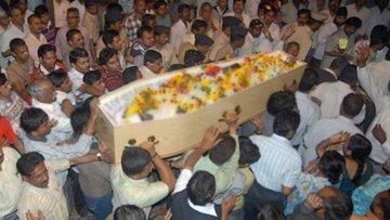 Cenaze töreninde dirildi