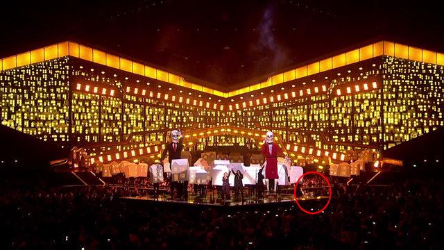 Katy Perry'nin dansçısı sahneden düştü!