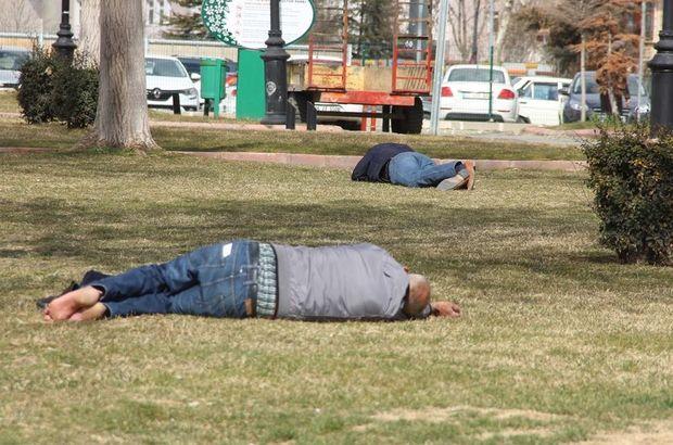 Vatandaşlar kendilerini çimlere attı