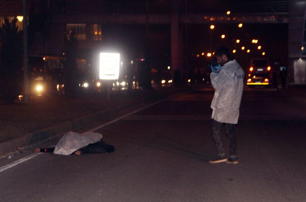 Karşıdan karşıya geçmeye çalışan anne ve kızına araba çarptı