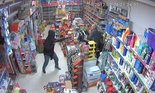 Denizli'de bir kişi silahlı soyguncuyu veresiye defteriyle kovaladı